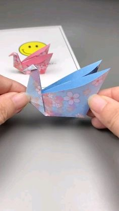 crafts aesthetic arts and ; aesthetic crafts for room ; aesthetic crafts to sell ; Instruções Origami, Cute Origami, Kids Origami, Paper Crafts Origami, Origami Videos, Oragami, Origami Boxes, Dollar Origami, Origami Bookmark