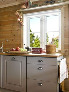 GAMMELT OG NYTT: Interiøret på kjøkkenet er en miks av gamle og nye ting. Den grå kjøkkeninnredningen er malt i fargen Varm Lin.