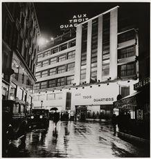 Grands Magasins Aux Trois Quartiers de nuit, quartier de la Madeleine. Paris (VIIIème arr.), 1937. Photographie de Roger Schall (1904-1995). Paris, musée Carnavalet.