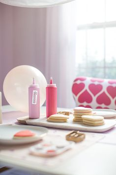 How to: Host a Sweet Cookie-Decorating Party – Valentines Day İdeas 2020 Valentines Day Cookies, Valentines Day Party, Valentines Day Decorations, Valentines For Kids, Cocoa Party, Cookie Decorating Party, Sweet Cookies, Cool Diy Projects, Party Time