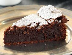 מתכון לעוגת שוקולד איטלקית בלי קמח שטעימה הרבה יותר ממה שהיא נראית, והיא נראית מאוד טעימה