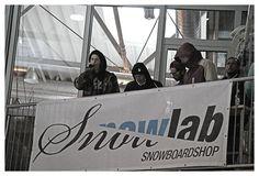 Tropcamp Snowtropolis 2014! Sommer Sonne #Shredden! Im Sommer #Snowboarden? Für uns Allgäuer eher ein Kann als ein Muss. Aber im Sommer in der Halle Snowboarden? Da waren selbst wir uns nicht sicher, ob das eine kluge Idee sein wird. Aber soviel sei schon verraten – das Tropcamp im Snowtropolis (Senftenberg) muss man in jedem Fall miterlebt haben... http://www.snowlab.de/news.php?news_id=1368