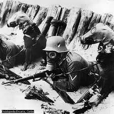 soldados con mascaras antigas a punto de hacer un ataque