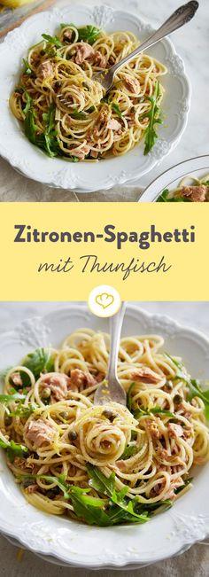 Gerade erst Feierabend und schon ist das Essen fertig! Denn die Sauce mit Thunfisch, Zitrone und Kapern bereitest du zu, während du die Pasta kochst.