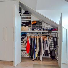 Kast onder schuin dak op maat? Uw droomkast bij M-interieur Walk In Closet, House, Home Decor, Home, Haus, Interior Design, Home Interior Design, Houses, Open Closets