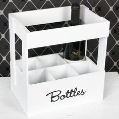 """Dekorativer Flaschenhalter mit Platz für 6 Flaschen und der Aufschrift """"Bottles"""". Praktisches und nützliches darf auch schön aussehen und gleichzeitig Deko für die Küche sein. Aussergewöhnliche Geschenkidee für Hobbyköche, Männer und Frauen zum Geburtstag, Weihnachten oder einfach so. Dose, Toy Chest, Storage Chest, Magazine Rack, Bottle, Furniture, Home Decor, Glass Drawer Pulls, Red Dots"""