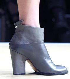 Ankleboots mit Blockabsatz zählen zu den Must-Haves der kommenden Saison Everyday Shoes, Ankle Boots, Fashion, Loafers, Boots, Handbags, Schmuck, Ankle Booties, Moda