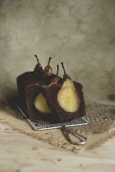 Cake au chocolat avec poires entières immergées - Tipsy Chocolate nut cake with sunken pears and spices