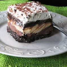Layers of ice cream, chocolate and oreos.