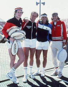 Una muy linda foto de una época dorada del tenis y de las marcas deportivas, cuando el mercado era mucho más reducido pero con una abrumadora variedad. De izquierda a derecha, vemos a John McEnroe, Vitas Gerulaitis, Guillermo Vilas y Björn Borg en una...