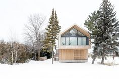 Toronto-based studio Atelier Kastelic Buffey has completed the Maison Glissade project.  This two story home designed for a ski-fanatical family with a taste for contemporary art is located in a private ski club development in Collingwood, a town in Simcoe County, Ontario, Canada.