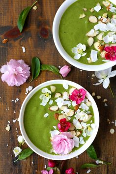 Green Smoothie Bowl topped with almonds and coconut flakes» recipe http://www.tasteoftravel.at/green-smoothie-bowl/
