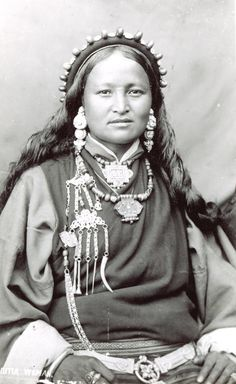 TIBET bhutia woman circa 1910 ( Epoque du 13 th DALAI LAMA )