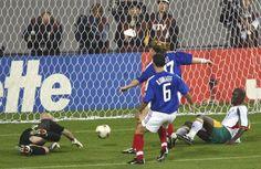 Copa de 2002 - Papa Bouba Diop, do Senegal, marca gol contra a França na partida considerada a grande zebra da Copa de 2002
