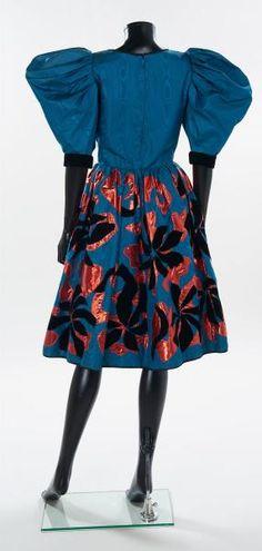 """Yves SAINT LAURENT Haute Couture (1982) ROBE 'Matisse' en moiré de soie pétrole,[...], mis en vente lors de la vente """"Haute Couture & Red Carpet"""" à Artcurial"""