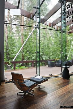 Architect Olga Freiman completed the design for a modern house located near Moscow, Russia. The residence, depicted in the photos byManolo Yllerashowcases an eye-catching modern style, complete with original details throughout. Defined by steel, glass. Deco Design, Design Case, Exterior Design, Interior And Exterior, Room Interior, Nature Living, Architecture Design, Beautiful Space, Interiores Design