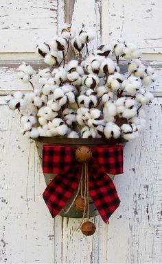 Farmhouse Christmas Cotton Arrangement, Farmhouse Christmas door decor, Christmas porch, Rustic Christmas decor, Cotton Stems Farmhouse Decor Cotton Wreath, Country Christmas #ad