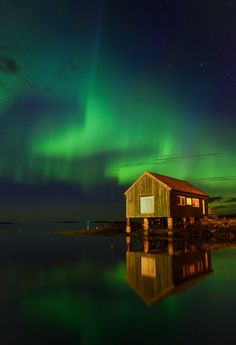 Aurora Borealis Dancing Over A Old Boathouse in the West Coast Of Norway - photography by Audun Dahl Awsome Pictures, Cool Photos, Scenic Photography, Nature Photography, Beautiful World, Beautiful Places, Northern Lights Norway, Park Resorts, Nature Photos