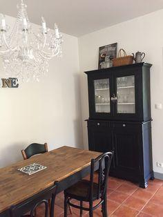 Vaisselier ancien relooké, table en cerisier et chaise bistrot.