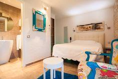 Séjour romantique dans l'une des chambres Charme de l'#hotel Le Mas #room #duo #couple #deco #contemporain #colour #blue #white #moderne