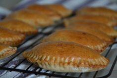 Skal der en ekstra ting i madpakken? Så er de her pirogger med oksekød bare super gode! Ingredienser (30 stk.) 25 g gær 3 dl lunkent vand 1,5 tsk salt 1 tsk sukker 3 spsk olie 150 g rugmel 400 g hvedemel Fyld 350 g hakket oksekød 1 løg 2 bøftomater 4 fed hvidløg 1 … Snack Hacks, Danish Food, Bon Appetit, Finger Foods, Tapas, Food To Make, Brunch, Food Porn, Cooking Recipes