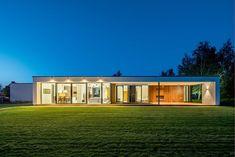 Architekt Marcin Rubik konstruuje swoje domy jak najwyższej klasy zabawki logiczne - mają cieszyć oko, sprawiać radość kształtem, ale przede wszystkim muszą być bliskie perfekcji w codziennym działaniu i zaspokajać istotne potrzeby właścicieli.