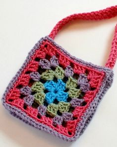 Cute and simple free granny purse pattern.  #crochet #pattern #granny #square