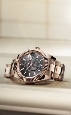 The Sky-Dweller in Everose gold, featuring a dark rhodium dial, is the ideal travel companion. Trendy Watches, Best Watches For Men, Luxury Watches For Men, Cool Watches, Fossil Watches, Seiko Watches, Sky Dweller, Affordable Watches, Beautiful Watches