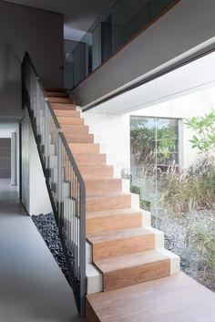 Busca imágenes de diseños de Pasillos, vestíbulos y escaleras estilo de Consuelo Jorge Arquitetos. Encuentra las mejores fotos para inspirarte y crear el hogar de tus sueños.
