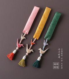 고운새노리개본견 Korean Accessories, Girls Accessories, Metal Crafts, Diy And Crafts, Zardozi Embroidery, Saree Tassels, Bookmark Craft, Korean Hanbok, Korean Traditional