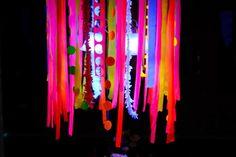Hula hoop chandelier decoration Glow in the Dark: 15 Neon Birthday Party Ideas - ParentMap Glow In Dark Party, Glow Stick Party, Neon Birthday, Birthday Parties, 13th Birthday, Birthday Ideas, Neon Party Decorations, Table Decorations, Blacklight Party