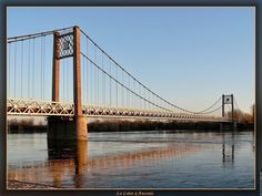 Pont suspendu pont sur la loire. Enfin le retour du soleil propice à une petite séance photos sur les bords de Loire, alors que la lumière commence à peindre la nature en couleur orangée en fin d'après-midi. Tourisme en Pays De La Loire : Château de Clisson - Parc Floral de la Beaujoire - Château des ducs de Bretagne
