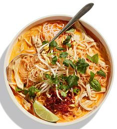 Curried rotisserie chicken in a noodle soup? Now we're talking weeknight wake-ups. Curry Noodle Soup Recipe, Curry Noodles, Cheap Clean Eating, Clean Eating Snacks, Roast Pumpkin Soup, Vermicelli Recipes, Fennel Soup, Snacks Sains, Chicken Soup Recipes