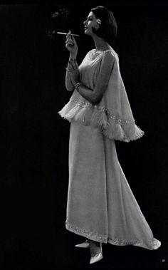 1960 Christian Dior, les brassières du soir sont une des nouveautés les plus marquantes de la saison.