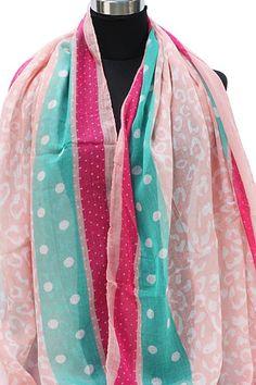 Zalmroze pastel sjaal met polkadot en groen afgewerkt