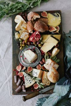 Autumn Harvest Board Artisan Bread Artisan Cheeses : Humboldt Fog Goat, Teahive Cheddar & a French Roquefort Blue Olives Orchard fruit Figs Pomegranate Butter & Flakey Sea Salt Honeycomb Spicy Dark Chocolate A few pointers when arranging: • Use a big enough board. • Place the cheeses & bread down first, everything else can be scattered around & made to fit. • If using honeycomb, place on the board at the edge. The honey starts to seep out of the comb as soon as it is cut.