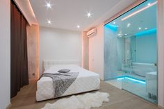 Lakberendezés a fürdőszobában üvegfal fehér franciaágy