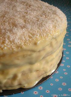 Quando vi o bolo de fécula da Leonor de Sousa Bastos fiquei logo tentada a reproduzi-lo. Aproveitei o aniversário da minha mãe para pre...