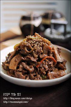 얼마전에 삼성에서 주최하는 하하하 캠페인에 제가 따로 쇠고기불고기와 잡채를 집에서 만들어 갔어요.. 불고기는 양념에 재워 가지고 가서 볶아서 바로 어르신들께 대접해 드렸는데.. 그때 함께 갔던 참가자 분들.. Korean Dishes, Korean Food, K Food, Bulgogi, Kimchi, Waffles, Nom Nom, Delish, Cereal