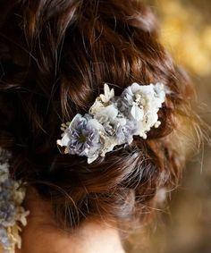 【ZOZOTOWN】m.soeur(エムスール)のバレッタ/ヘアクリップ「グレーのお花のふんわりクリップ」(1613)を購入できます。