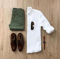 Olive jeans with a brown shoes ! + A nice white shirt 😍 More than amazing gri. Mens Style Guide, Men Style Tips, Style Men, Classic Mens Style, Olive Jeans, Mode Man, Mens Fashion Blog, Men's Fashion, Fashion Tips