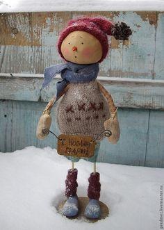 Купить или заказать Fredag (Пятница) - Новогодняя неделька в интернет-магазине на Ярмарке Мастеров. Один из семейки новогодних снеговичков - Fredag( Пятница) или просто Fre. Сшит из хлопка, ароматизирован корицей и ванилью, пахнет праздником :-) Одежда из американского хлопка и шерсти, сшита и связана вручную, снимаются только шапочка и шарфик. Снеговичок на подставке, с которой не снимается. Ручки гнутся.