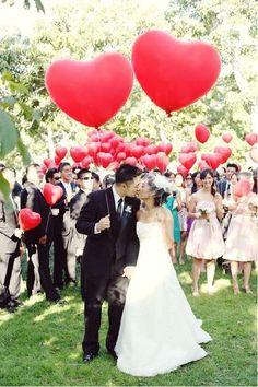 Quand on dit décoration de mariage avec des ballons, on pense souvent à la vieille arche en ballons de baudruche bicolore pas vraiment funky.