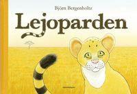 På savannen, under gassande sol, bor ett litet kattdjur med gröna ögon, skär nos och randig svans. Det är ingen vanlig kattdjursunge, den är varken randig som en tiger, svart som en panter eller fläckig som en leopard. Den lilla katten bryr sig till att börja med inte alls om det. Det spelar väl ingen roll vad man är för något? Inte förrän de andra djuren börjar fråga ... Lejoparden är en fantastisk och hjärteknipande saga om utanförskap, vänskap och om vikten av att få vara som man är.