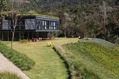 """La Casa JG es una obra del estudio MPGARQUITETURAenItaipava, Petrópolis (Brasil). """"El diseño de la Casa JG comenzó con el sitio en sí. Al acercarse desde arriba, nuestra intención era crear un gran jardín en la parte superior, con el fin de hacer..."""