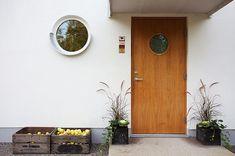 studio karin: TOPPRENOVERAT FINT FUNKISHUS - OCH PERFEKT FUNKISTRÄDGÅRD Modern Door, Teak Furniture, House Front, Windows And Doors, Front Doors, My Dream Home, Curb Appeal, Modern Architecture, Home Furnishings