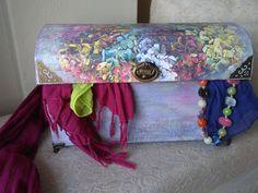 caja realizada con una caja de zapatos, a la que le hice la parte de arriba curvada con cartón para darle a apariencia de un cofre y decorada con decoupage, envejecida y terminando colocando las bisagras y herrajes