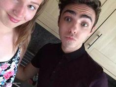 Nathan com fã (@katiesykesxox) durante a entrega do convite para o #SSS na Inglaterra. (2 jul.)