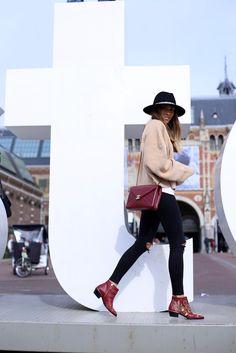 Abrigo/jacket: Ángel Benito. Jersey: H&M. Jeans: Topshop. Sombrero/hat: Zara. Bolso/bag: Chanel. Botines/booties: Chloe. Reloj/watch: Cluse.