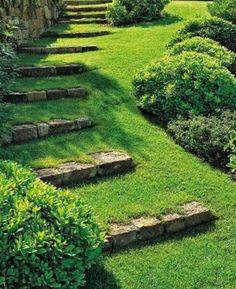 jolie pelouse verte avec une magnifique allée escalier